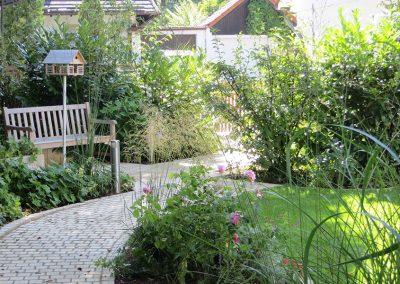 Gepflasterter Weg durch Garten